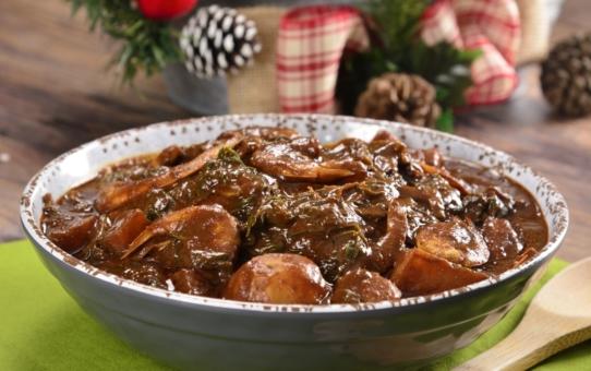 Romeritos con camarones y mole rojo almendrado